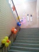 楼梯扶手气球花布置